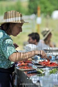 Marion prépare les assiettes - Fermaculture